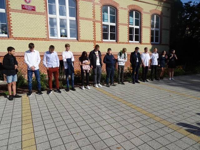 Uczniowie z Chełmna mogą ubiegać się o stypendium szkolne o charakterze socjalnym na rok szkolny 2021/2022. Na zdjęciu: rozpoczęcie roku szkolnego w ZS nr 2 w Chełmnie. Także uczniowie tej szkoły, jeśli mieszkają w Chełmnie, mogą się o nie starać