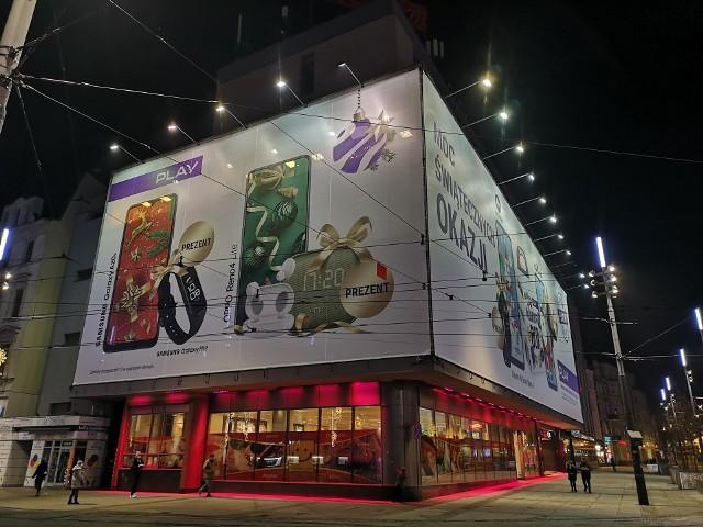 Wielkoformatowe reklamy co jakiś czas pojawiają się na Zenicie, zupełnie przysłaniając jego fasadę; Zobacz kolejne zdjęcia. Przesuwaj zdjęcia w prawo - naciśnij strzałkę lub przycisk NASTĘPNE
