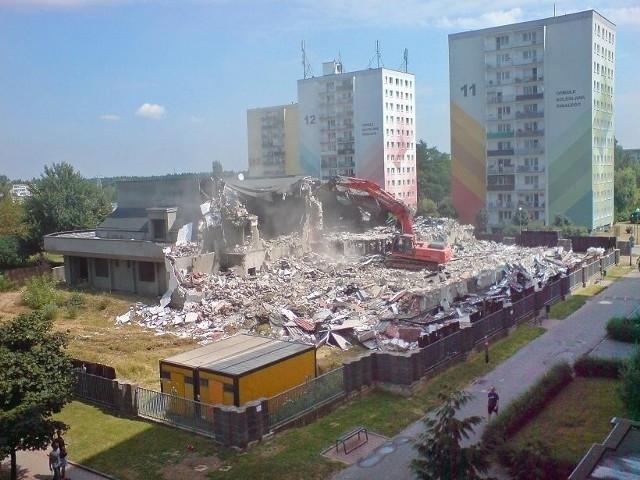 Budynek na os. Śmiałego jest wyburzany. Za cztery miesiące w tym miejscu stanie Biedronka
