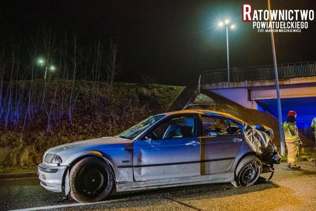 Groźny wypadek na ul. Przemysłowej w Ełku. 21-latek w BMW spadł z wiaduktu i kilkukrotnie dachował