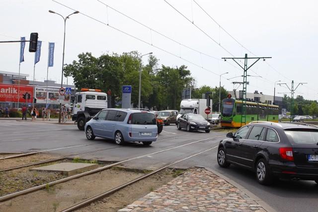 Na skrzyżowaniu Jana Pawła II i Baraniaka doszło do wypadku - zderzył się samochód osobowy z tramwajem.