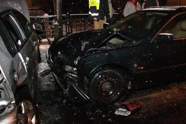 W zderzeniu samochodów ucierpiała jedna osoba, którą pogotowie zabrało do szpitala.