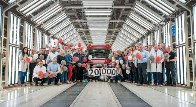 Z linii produkcyjnych zakładu Volkswagen Poznań we Wrześni zjechał 20 000 MAN TGE. Jubileuszowy samochód posiada zabudowę dostawczą i silnik elektryczny o mocy 136 KM. Jest koloru czerwonego. - To przykład synergii i współpracy dwóch marek w ramach koncernu Volkswagen - przekonują przedstawiciele spółki.