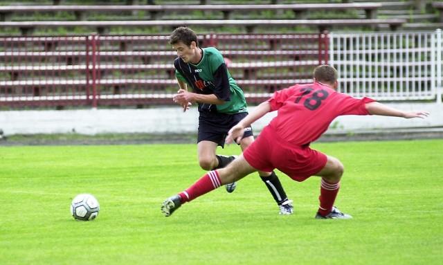 Zawodnika Arkonii Szczecin próbuje powstrzymać Łukasz Pelikan (tyłem) z Leśnika Rossy Manowo. Beniaminek z Manowa nie sprostał w sobotę miejscowym przegrywając 2:3.