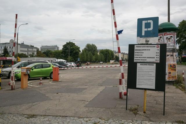 """Kierowcy płacą TS Wisła za parkowanie przy Reymonta – choć to """"dziki"""" parking, klub nie ma umowy na dzierżawę terenu"""
