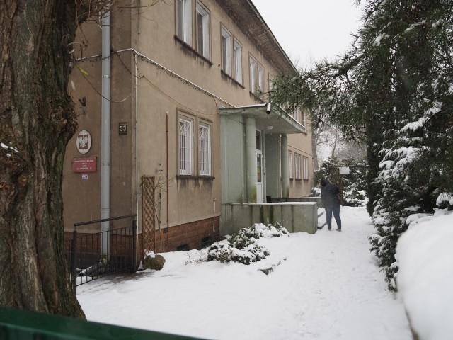 """Policjanci z Łodzi potwierdzili w środę (17 lutego), iż szukają złodzieja, który wszedł do Przedszkola Miejskiego nr 16 na osiedlu Radogoszcz-Zachód i ukradł z niego myjkę ciśnieniową marki Karcher. Mieszkańcy tego osiedla są zaniepokojeni: """"dziś ktoś wyniesie myjkę, a jutro uprowadzi dziecko"""" – skomentował jeden z nich na osiedlowej grupie, prowadzonej na Facebooku. >>> Więcej informacji na kolejnej ilustracji >>>"""