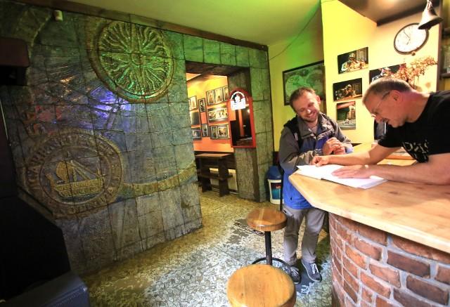 Karczma pod Kotwicą, kolejne miejsce z duszą, a także z ciekawym wnętrzem zaprojektowanym przez Lecha Popielewskiego.