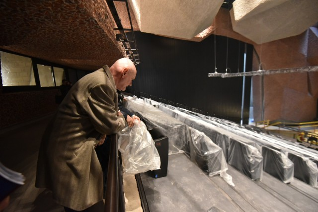 Prezydent Michał Zaleski dogląda sali głównej