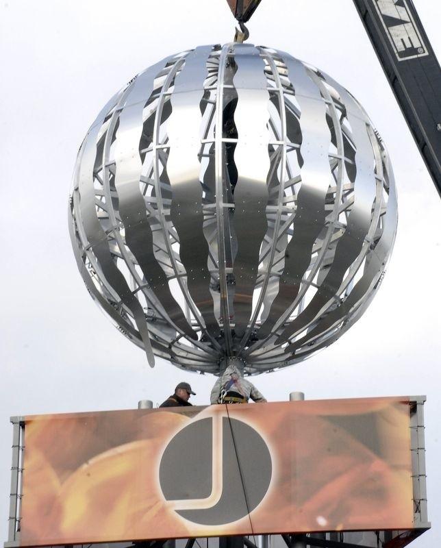 Srebrna kula na maszcie Centrum Handlowego Jantar - 23,5 m wysokości.