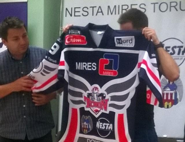 W rakich strojach Nesta będzie walczyć w meczach wyjazdowych.