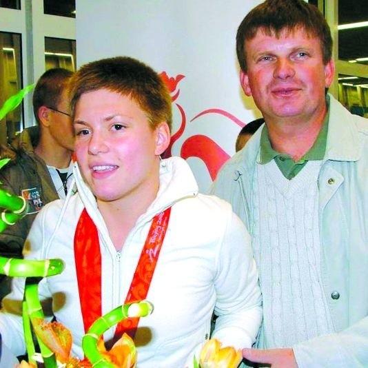 Joanna Mendak, dzisiaj już studentka warszawskiej AWF, po przylocie z Pekinu. Obok - ojciec Jarosław.