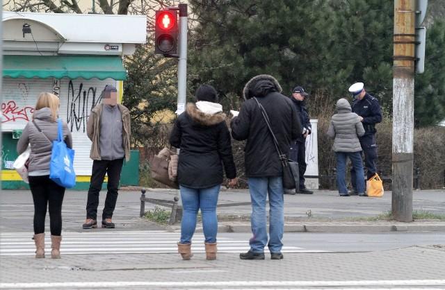 Wrocław - piesi przechodzą na czerwonym świetle przy CH Borek. Interweniowała policja