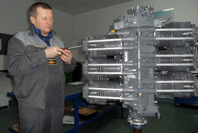 Krzysztof Nasieniewski, szef pionu technicznego firmy Genuine Franklin Aircraft Engines Manufacturer Grudziądz ogląda silnik Franklin