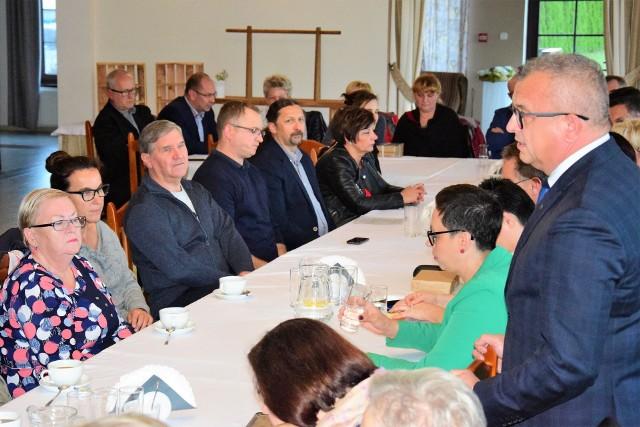 """Adam Roszak, kandydat na burmistrza Gniewkowa, rozpoczął cykl wyborczych spotkań z mieszkańcami. Na pierwsze z nich zaprosił również dziennikarzy. Sporo mówił o osiągnięciach ostatnich 12 lat. Powtórzył to, o czym pisaliśmy już na naszych łamach po inauguracyjnej konferencji prasowej. Adam Roszak, burmistrz Gniewkowa: """"Naszą partią są nasi mieszkańcy""""Wiele dobrych słów padło pod adresem rządzącej w powiecie koalicji PSL-SLD. Wyznał, że ta koalicja stanowi szansę na dalszy rozwój powiatu inowrocławskiego. Podkreślił również bardzo mocno, iż nie zamierza już wracać do kwestii likwidacji małych szkół w gminie Gniewkowo. Konflikt z panią sołtys Mocnym punktem spotkania była wizyta Hanny Witkowskiej, sołtys Kaczkowa. Przybyła na chwilę, by oświadczyć, iż jej konflikt z burmistrzem Roszakiem został już dawno zażegnany. O konflikcie pisaliśmy w artykule: Burmistrz Gniewkowa Adam Roszak: """"Proszę mnie nie wkur..."""" - Uważam, że sprawa jest zamknięta. Wszystko sobie z panem burmistrzem już wyjaśniliśmy. Jestem z nim w bardzo dobrych stosunkach - wyznała. Pani sołtys stwierdziła na spotkaniu, iż nie życzy sobie, aby ten temat poruszany był na spotkaniach wyborczych kontrkandydatów Adama Roszaka. - Moja mama była przez 18 lat sołtysem, mój poprzednik był 12 lat. Jestem pierwszą kadencję. Przez te 4 lata Kaczkowo bardzo się zmieniło i myślę, że jeszcze bardzo się zmieni. Dziś kopane są już fundamenty pod świetlicę, o którą walczono 30 lat. Jestem wdzięczna burmistrzowi za to co dziś mamy - dodała. Cywilizacyjny skok Dużo ciepłych słów pod adresem burmistrza padło również z ust Haliny Cierzniewskiej, sołtys Zajezierza. - Gdy miałam małe dziecko, chodziłam po kostki w piachu. Dziś Zajezierze jest piękną wsią, która się rozbudowuje. Nasze Zajezierze po prostu rozkwitło. Trzeba być ślepcem, żeby nie widzieć, jak rozwinęło się nasze Gniewkowo i wszystkie okoliczne wioski. Cała nasza gmina rozkwitła - wyznała pani sołtys. W podobnym tonie wypowiedział się Tomasz Gremplewski, kandydat n"""
