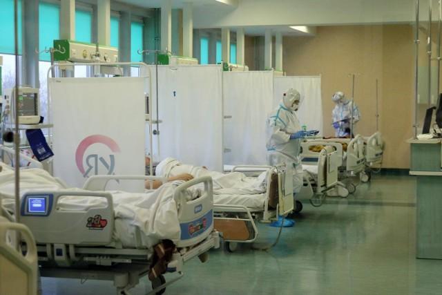 Coraz więcej osób zakażonych koronawirusem trafia na leczenie do szpitali