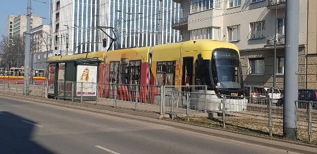 Chwile grozy przeżyli pasażerowie tramwaju linii 15, który we wtorek ok. godz. 10.30 jechał ul. Pomorską. W rejonie przystanku przy ul. Kilińskiego ok. 50-60-letnia kobieta wstała z siedziska i oznajmiła pasażerom, że źle się czuje. Stwierdziła, że może być zakażona koronawirusem. W wagonie, którym podróżowała znajdowało się 13 osób.Czytaj więcej na następnej stronie