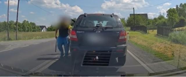 Drogę zajechał mu kierowca, który wcześniej go wyprzedził i wyjął z samochodu kij bejsbolowy