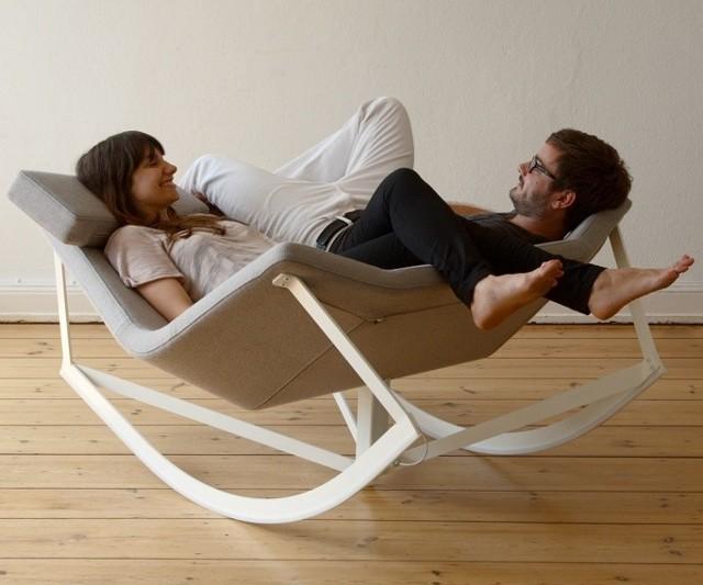 Fotel bujanyNiby staromodny mebel, a jednak fotel bujany może wyglądać modnie i pasować do nowoczesnych wnętrz. Doskonale nadaje się na miejsce do czytania, gdzie z kubkiem gorącej herbaty i pod ciepłym kocem możemy zatopić się w ulubionej lekturze.