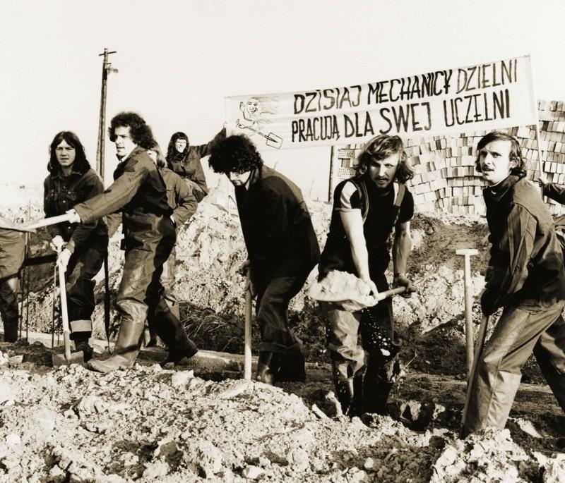 To zdjęcie zostało zrobione w latach 70. XX wieku. Studenci Wydziału Mechanicznego PB angażują się w budowę kampusu politechniki przy ul. Wiejskiej.