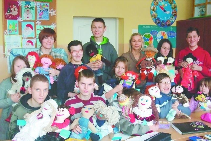Uczniowie ZSS uszyli aż 22 lalki. Każda reprezentuje inny...