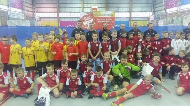 Uśmiechnięci i zadowoleni uczestnicy turniejów piłkarskich Łódzkiej Akademii Futbolu