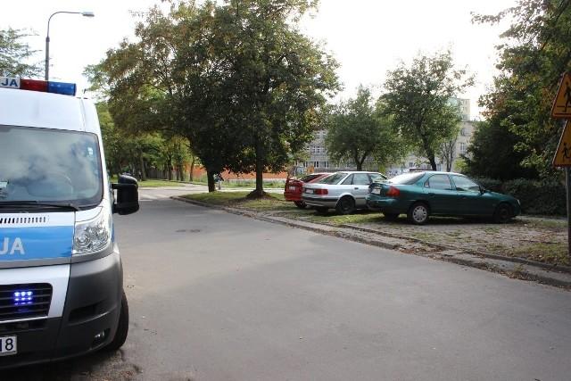Ford mondeo uszkodził na parkingu przy ul. Ossowskiego jeden z samochodów