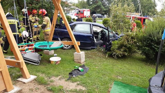 W Koźmicach Wielkich samochód wypadł z jezdni i wjechał na prywatną posesję. W zdarzeniu poszkodowana został kierująca autem