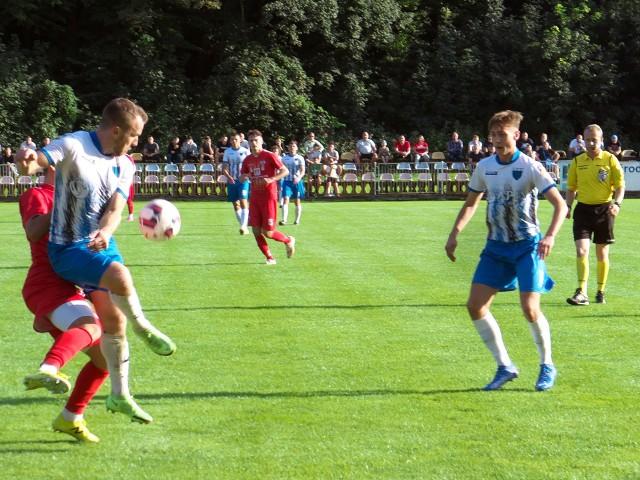 JKS (biało-niebieskie stroje) pokonał Błękitnych Ropczyce.