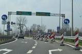 Wodzisław Śląski: DW 933 nieprzejezdna. Układają nawierzchnię na wiadukcie wzdłuż ulicy Jastrzębskiej. Kiedy koniec remontu całego odcinka?
