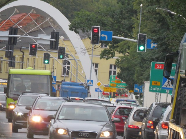 Korek na DK52 w centrum Andrychowa. Utrudnienia zaczynają się już przy skręcie do McDonald's przy wjeździe do miasta
