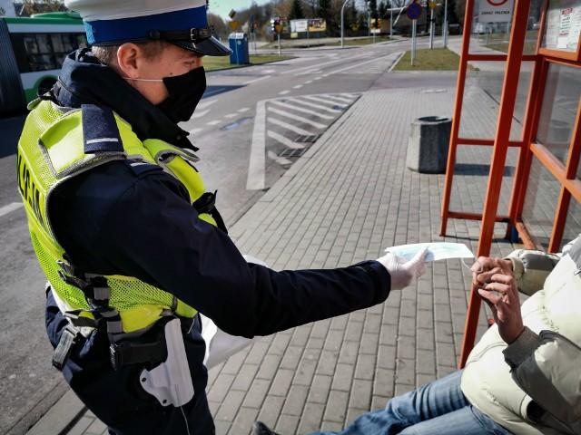 Noszenie maseczki ma ograniczyć rozprzestrzenianie się koronawirusa. Za ich brak służby mogą ukarać mandatem w wysokości 500 złotych. Policja po sankcje ma sięgać w szczególnych przypadkach. Na razie skupia się na edukowaniu.