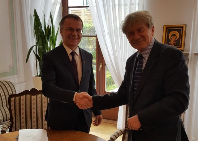 Minister Jarosław Sellin i dyrektor Bogdan Tosza podpisują umowę