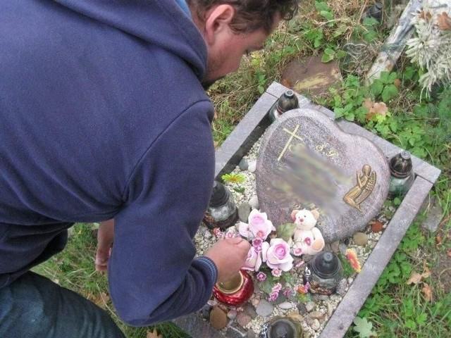 Marek codziennie odwiedza maleńki grób swoich nienarodzonych synków.