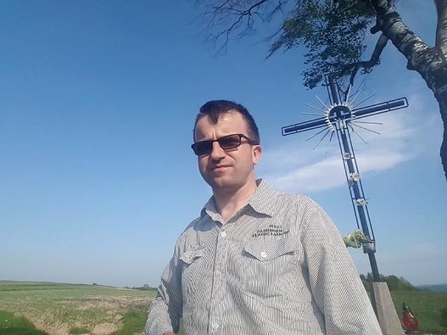 Grzegorz Kita przy krzyżu konfederackim na pograniczu Lubczy i Jodłowej