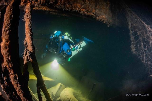 Nurek Baltictechu w czasie oględzin zatopionego statku.