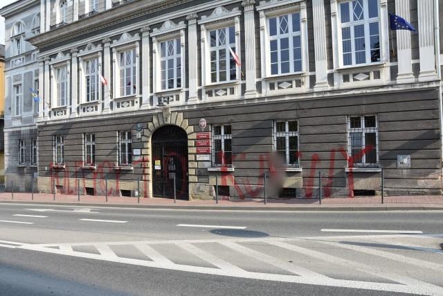 Chuligan oszpecił budynek tarnowskiego magistratu wulgarnym napisem