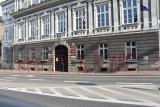 Tarnów. Wandal zniszczył elewację tarnowskiego magistratu. Na budynku pojawił się wulgarny napis wykonany czerwonym sprayem [ZDJĘCIA]