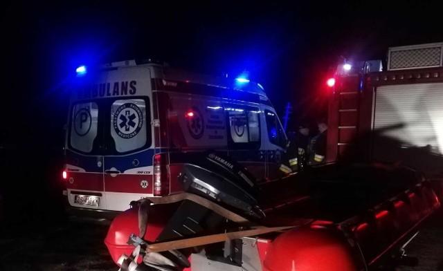 """Kierowca quada o tym, że wjechał do Jamna i nie może się z niego wydostać, policję zaalarmował sam. Nie dodał już, że... jest pijany i zgubił swój pojazd.Do zdarzenia doszło w sobotni wieczór, 5 października. Kierujący quadem mężczyzna zawiadomił policję, że jest w niebezpieczeństwie. Jak informują mundurowi, powiedział, że """"bagno go wciąga"""". Przez pół godziny służby ratunkowe – policjanci, strażacy, również ochotnicy z Osiek z łodzią, szukali mężczyzny w Jamnie i na podmokłych terenach wokół jeziora między Łabuszem, a Osiekami. Kiedy go odnaleźli i zziębniętego wyciągnęli na brzeg, okazało się, że jest pijany. Miał 1,7 promila alkoholu w wydychanym powietrzu. Mężczyzna nie miał przy sobie dokumentów, nie ma stałego adresu. Został zatrzymany do wytrzeźwienia, by później złożyć wyjaśnienia.Quada nie udało się znaleźć.Zobacz także: Wypadek na krajowej """"6"""" koło Sianowa. Sześć samochodów rozbitych"""