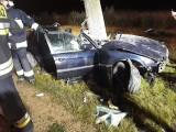 Potworny wypadek w Białej pod Częstochową. Kierowca BMW z Ukrainy wjechał w drzewo. 20-latek został ciężko ranny