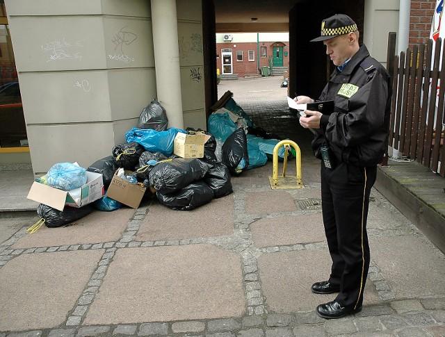 Na Podzamczu rośnie góra śmieci. Pomieszczenia, w których powinny stać kubły na odpadki, zostały zamknięte. Ma do nich dostęp tylko kilkanaście osób. Projektowane były jako miejsce wspólne dla mieszkańców i użytkowników lokali z 10 kamienic.