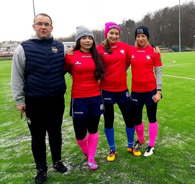 Julia Tkaczyk, Alicja Stefanowicz i Oliwia Górska wraz z trenerem Zbigniewem Grądysem