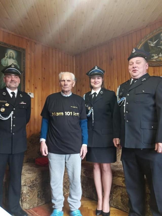 Stanisław Figiel, najstarszy mieszkaniec Bibic i honorowy strażak obchodził 101 urodziny, które świętował wraz z druhami OSP Bibice