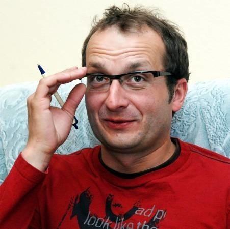 Robert Górski. Ma 37 lat. Absolwent polonistyki na Uniwersytecie Warszawskim. Autor większości skeczy Kabaretu Moralnego Niepokoju