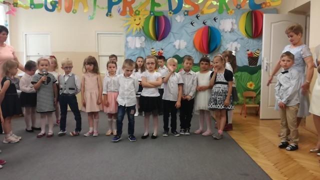 W piątek, 22 czerwca odbyło się zakończenie roku przedszkolnego w grupie Pszczółek Przedszkola nr 5 w Skierniewicach. Dzieci tańczyły i śpiewały, recytowały wiersze, a na koniec otrzymały dyplomy i upominki.