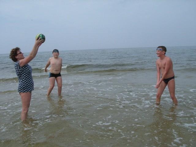 Pani Wanda Filipiak (na zdjęciu z synem Filipem i bratankiem Maciejem) wypoczywa z dziećmi na niestrzeżonej plaży. Jak mówi wszystko przez to, że na strzeżonym odcinku brakuje miejsca. - Uważam, że powinno się zwiększać liczbę stanowisk ratowniczych, to na pewno zwiększy bezpieczeństwo kąpiących się.
