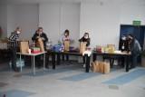 """Koronawirus. Grupa """"Pomocna dłoń"""" przygotowuje paczki dla potrzebujących brzezinian"""