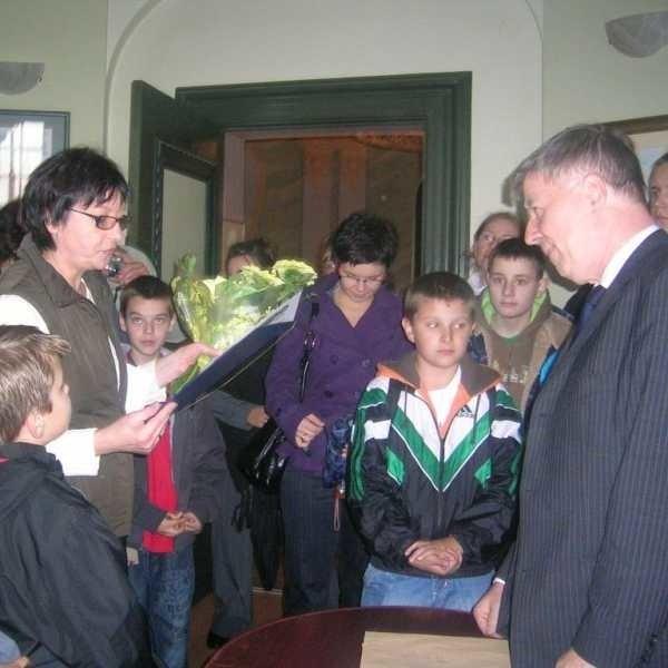 Prof. Miodek spotkał się z uczniami i przyjął ich zaproszenie do Żyrowej.