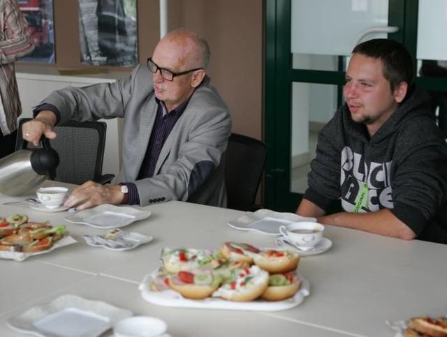 Tomek Golecki jest pierwszym w tym roku woodstockowiczem. W poniedziałek rano zjadł śniadanie z burmistrzem Andrzejem Kuntem.