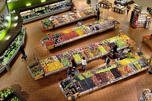 Według Głównego Urzędu Statystycznego żywność w styczniu zdrożała o 1,6 procent miesiąc do miesiąca, najwięcej w początku roku od 10 lat. Rosnąca inflacja z poziomu 2,4 procent do 2,7 procent niesie za sobą prognozy dotyczące wzrostu cen żywności.  Prognozy ekonomiczne wskazują na produkty, których ceny będą rosły. Ze względu na koniunkturę gospodarczą i sytuację na świecie można się także spodziewać spadku cen niektórych towarów. Co zdrożeje najbardziej, a co będzie tanieć w 2021 roku? Zobaczcie na kolejnych slajdach