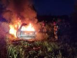 Samochód płonął na polu jak pochodnia
